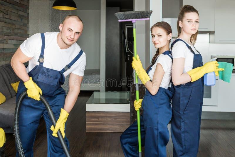 Servi?o da limpeza com equipamento profissional durante o trabalho limpeza profissional do kitchenette, tinturaria do sof?, janel fotografia de stock