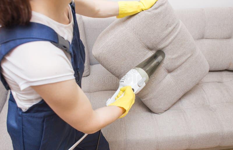 Servi?o da limpeza com equipamento profissional durante o trabalho tinturaria do tapete do professiona, tinturaria do sofá, janel fotos de stock royalty free