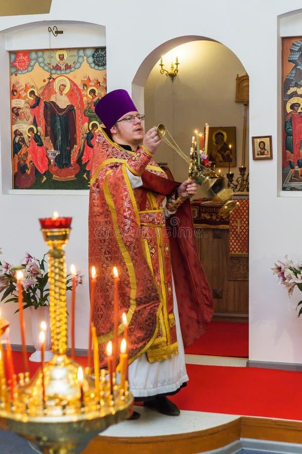 Servi?o da P?scoa na igreja ortodoxa na regi?o de Kaluga de R?ssia imagem de stock royalty free