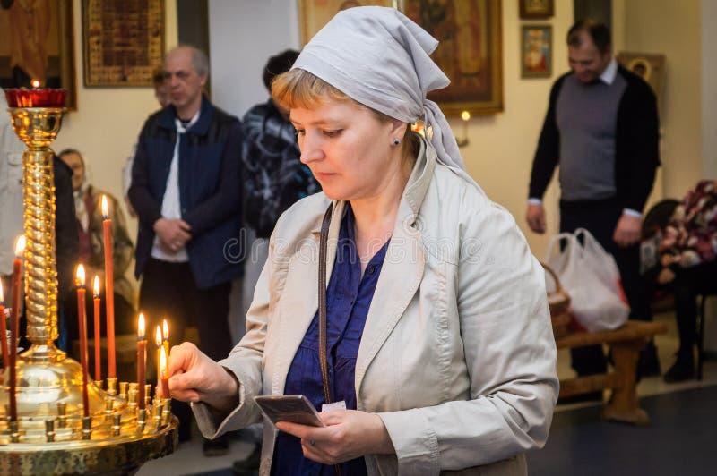 Servi?o da P?scoa na igreja ortodoxa na regi?o de Kaluga de R?ssia foto de stock