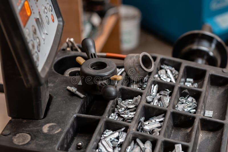 Servi?o do carro A ferramenta para o reparo - conduza pesos e quelas pequenos para o equil?brio da roda imagem de stock