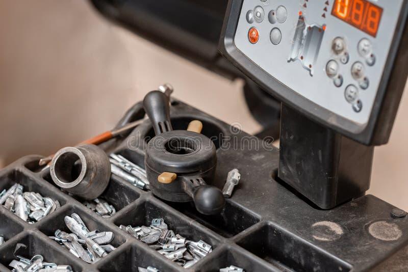 Servi?o do carro A ferramenta para o reparo - conduza pesos e quelas pequenos para o equil?brio da roda imagens de stock royalty free