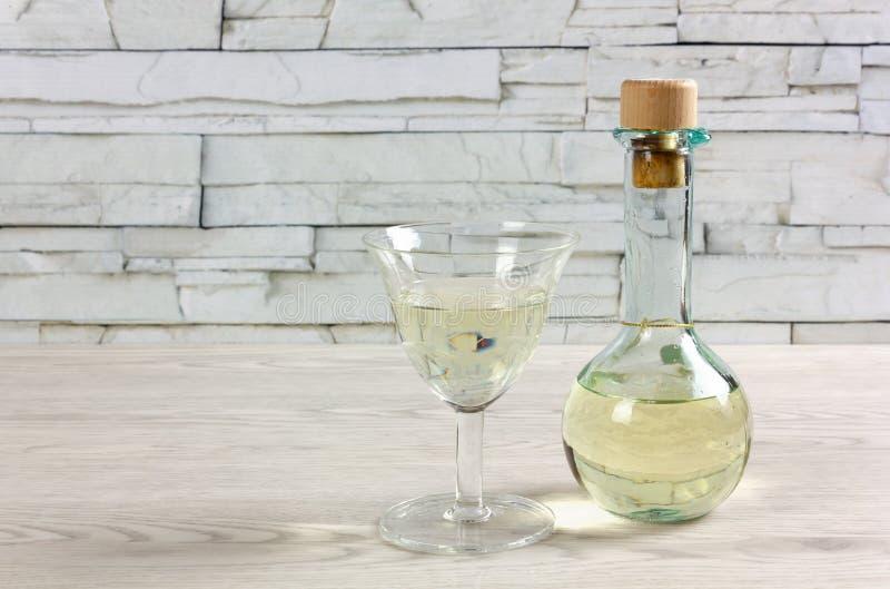 Service à condiments de vin blanc et de verre sur un Tableau en bois images libres de droits