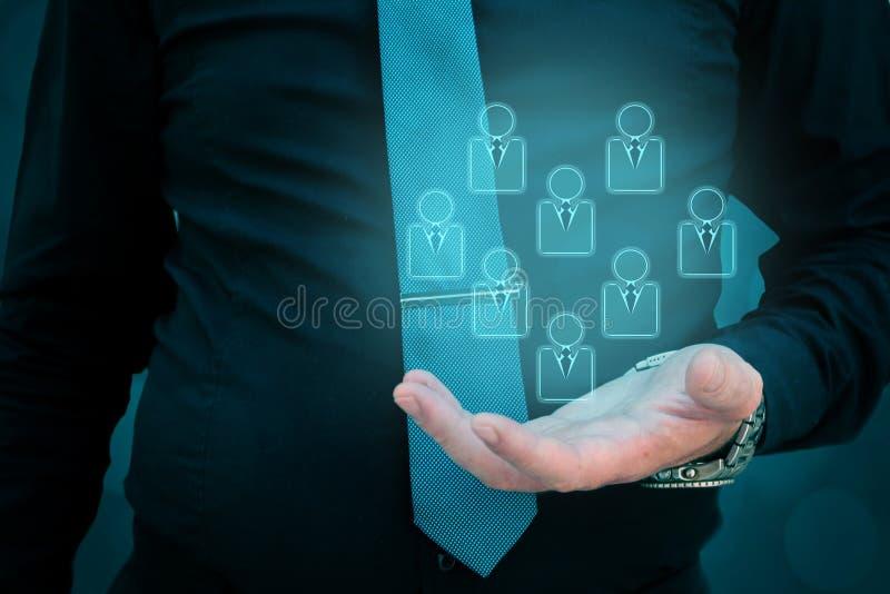 Service à la clientèle et soin, soin pour des employés, homme de concepts de segmentation de créneau tenant des icônes de personn illustration libre de droits