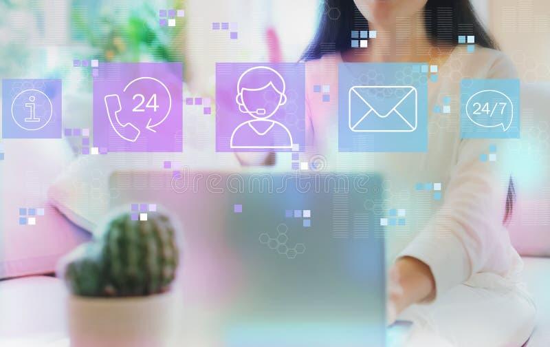 Service à la clientèle 24 heures 7 jours par semaine avec la femme à l'aide de son ordinateur portable image stock