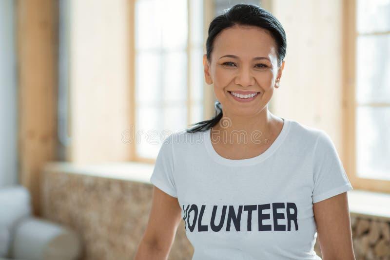 Service à la communauté de exécution volontaire de femelle gaie photos stock