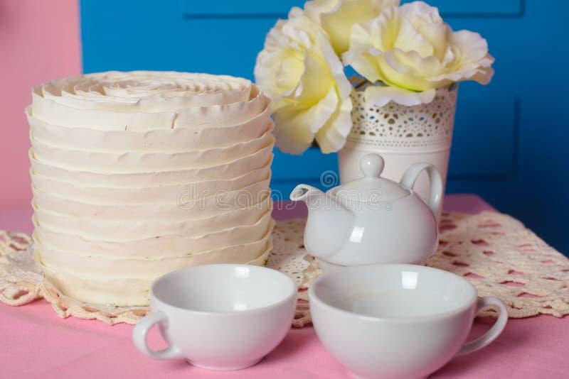 Service à thé blanc sur la table photographie stock libre de droits