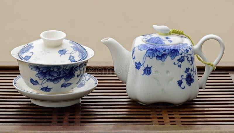 Service à thé bleu et blanc de porcelaine images libres de droits