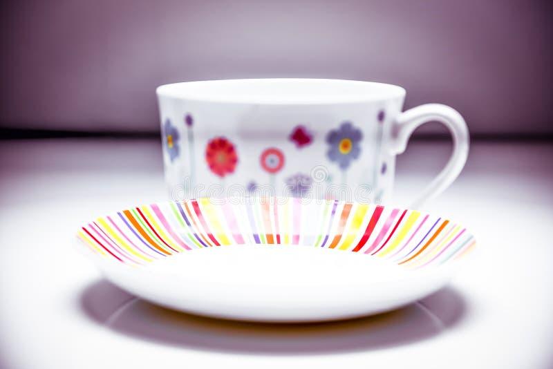 Service à thé coloré et élégant de tasse et soucoupe de disparaition de café - d'après-midi photo libre de droits