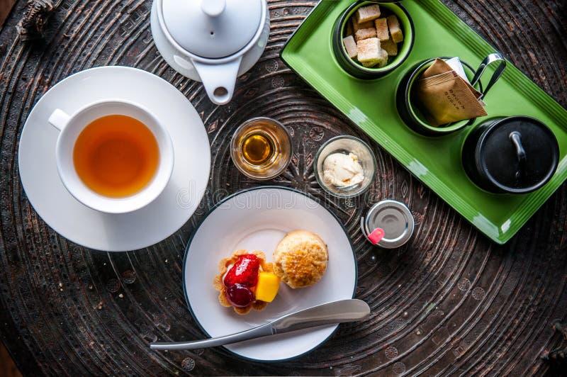 Service à thé d'après-midi avec la scone et la tarte photo stock