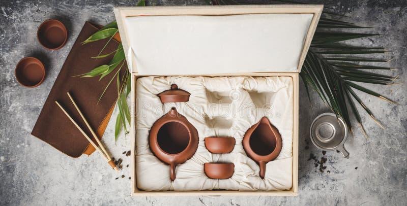 Service à thé dans la boîte sur le fond concret images stock