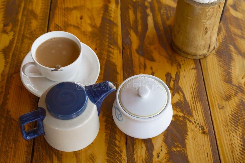 Service à thé indien traditionnel avec le masala Chai photo stock