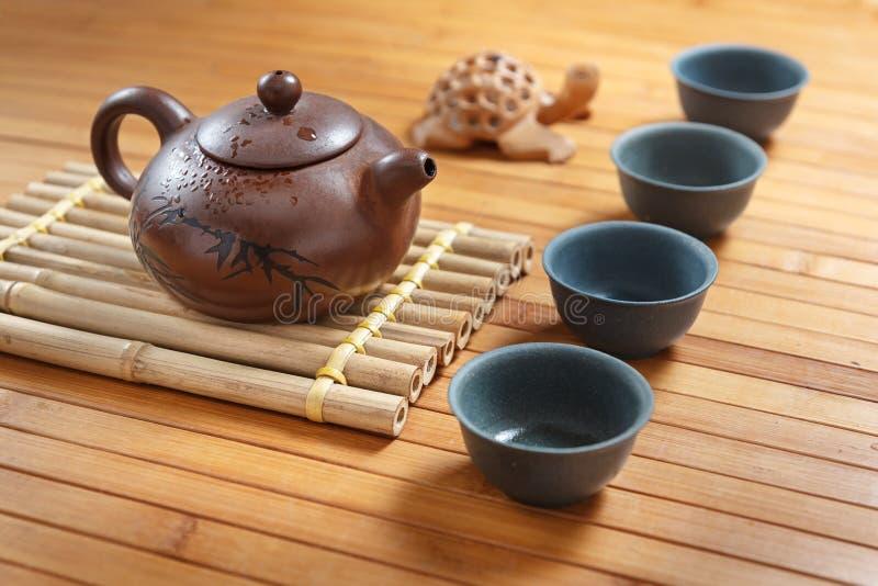Service à thé sur une table en bois faite en bambou photographie stock libre de droits