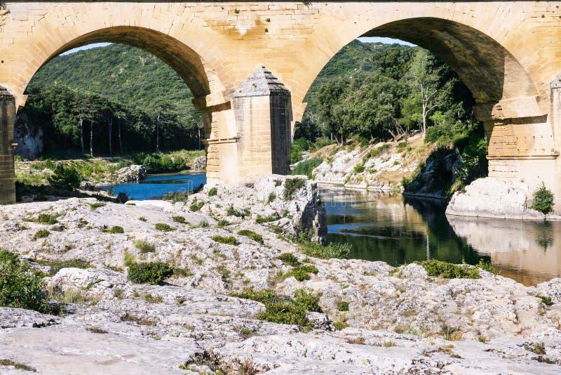 service av den forntida romerska akvedukten Pont du Gard royaltyfria foton