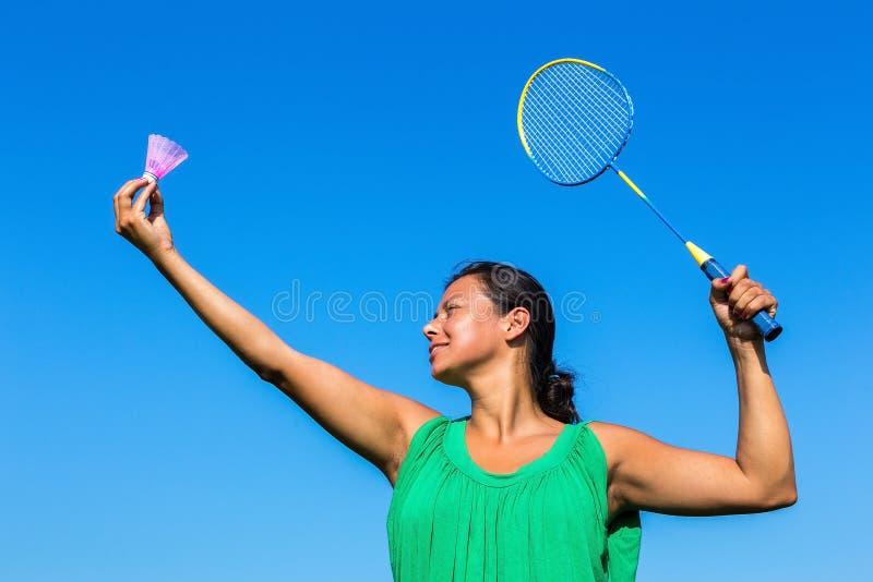 Service colombien de femme avec la raquette et la navette de badminton image libre de droits