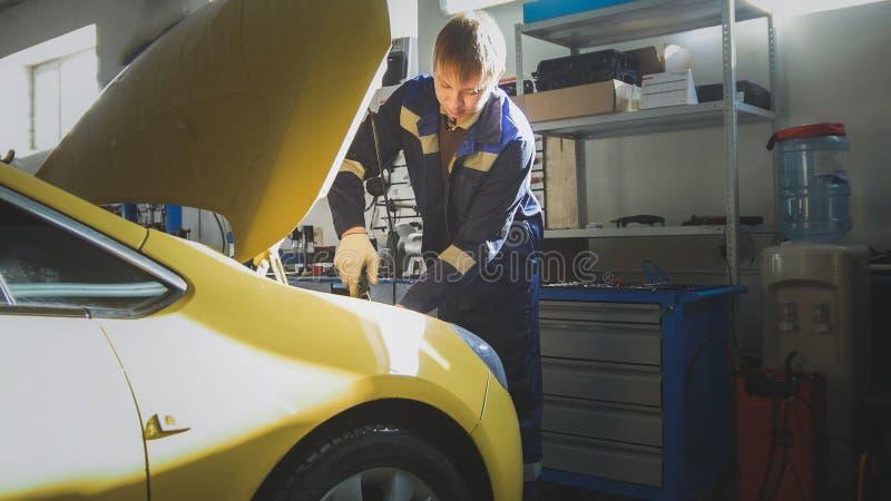 Download Service D'automobile - Le Mécanicien Dévisse Le Détail De La Voiture Dans Le Capot, Glisseur Photo stock - Image du tournevis, métallique: 87706284