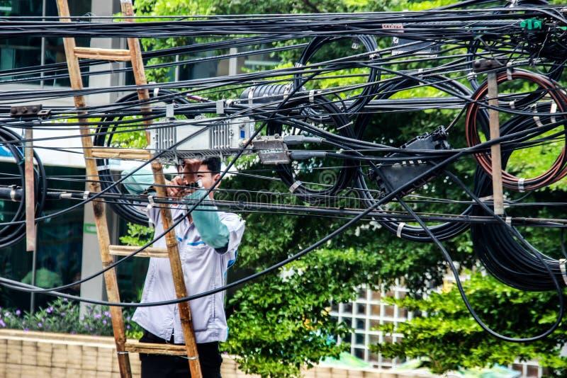 Service d'homme sur la ligne d'electrick image stock