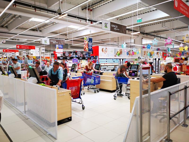 Service d'individu de contrôle chez Carrefour Vulcan, Roumanie photo libre de droits