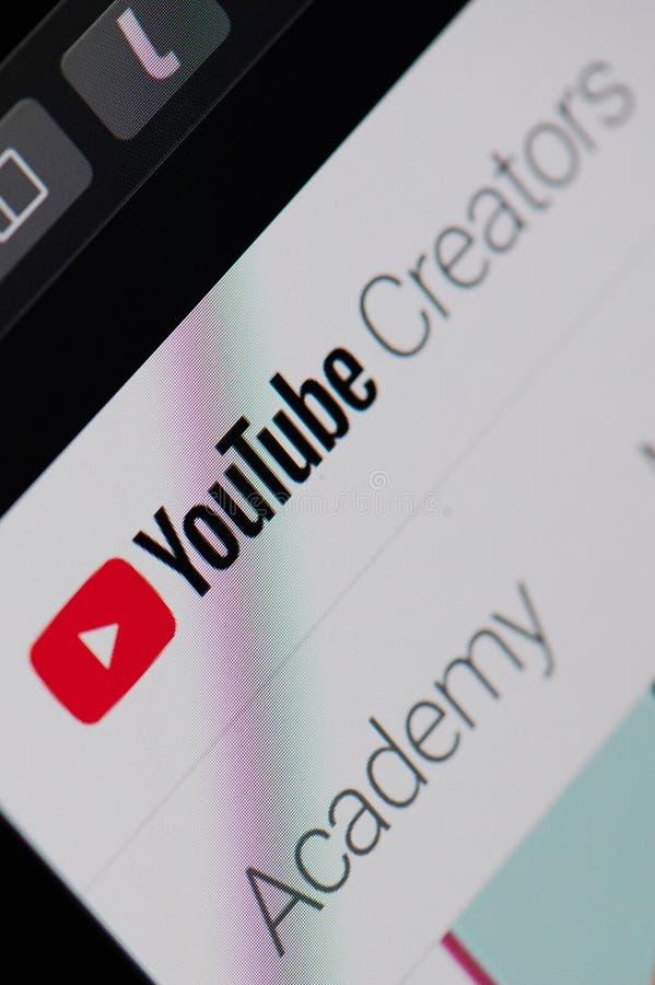Service de créateurs de Youtube sur l'écran d'ordinateur portable photos stock