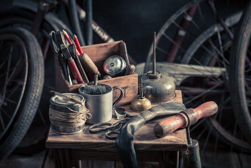 Service de difficulté de vélo de vintage avec des outils, des roues et le tube photo stock