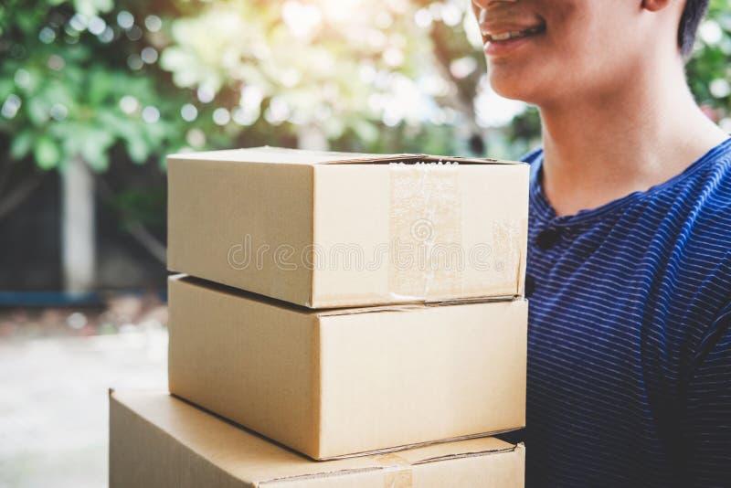 Service de distribution à la maison et travail avec l'esprit de service, livreur images libres de droits