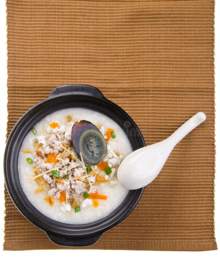Service de gruau de riz de gruau d'oeufs et de porc de siècle de chinois traditionnel image stock