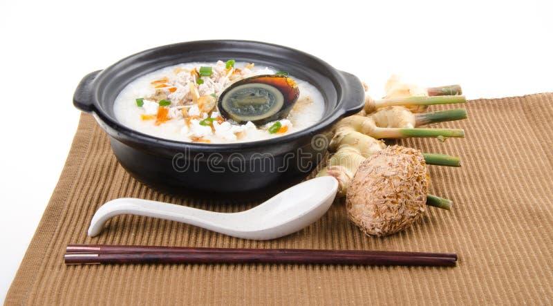 Service de gruau de riz de gruau d'oeufs et de porc de siècle de chinois traditionnel photo stock