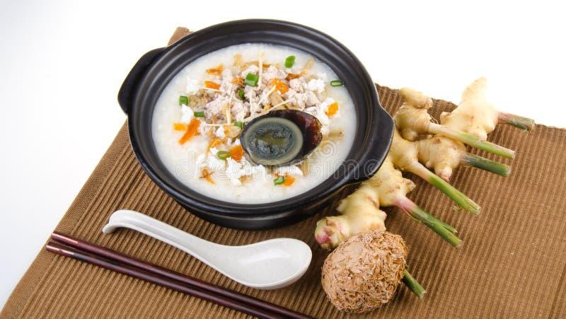 Service de gruau de riz de gruau d'oeufs et de porc de siècle de chinois traditionnel photos libres de droits