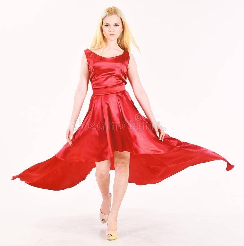Service de loyer de robe, industrie de la mode La femme porte la robe rouge de soirée élégante, fond blanc Madame a loué à la mod images libres de droits