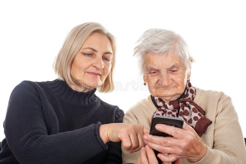 Service de mini-messages de femme agée au téléphone image stock