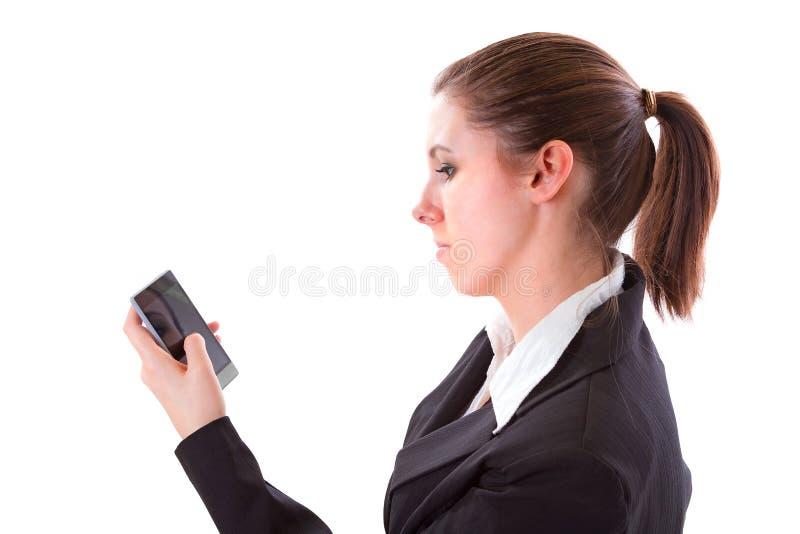 Service de mini-messages de jeune femme au téléphone