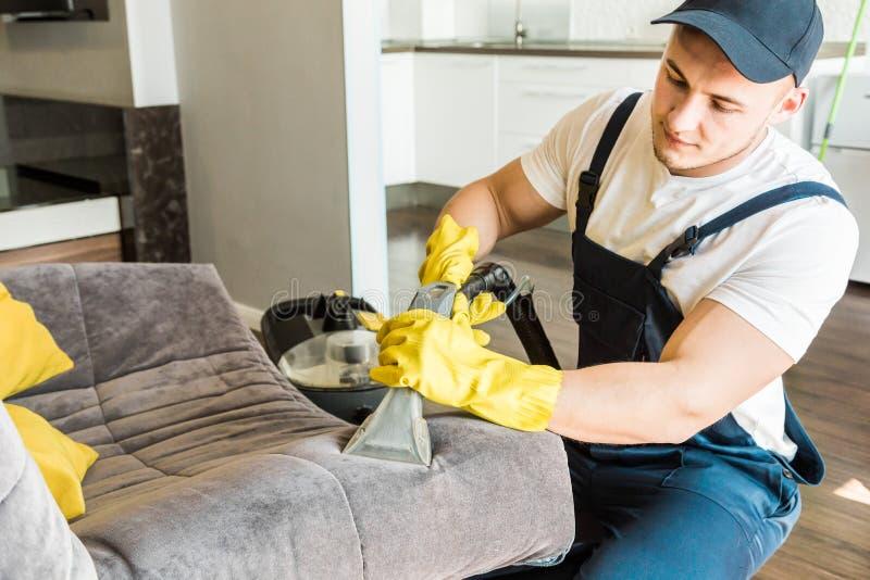 Service de nettoyage avec l'?quipement professionnel pendant le travail nettoyage professionnel de kitchenette, nettoyage ? sec d images stock