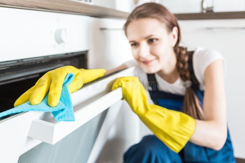 Service de nettoyage avec l'?quipement professionnel pendant le travail nettoyage professionnel de kitchenette, nettoyage ? sec d photographie stock libre de droits