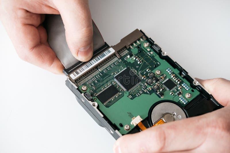 Service de récupération de disque dur, mains de dépanneur tenant le hdd cassé avec des secteurs de mauvais photo stock