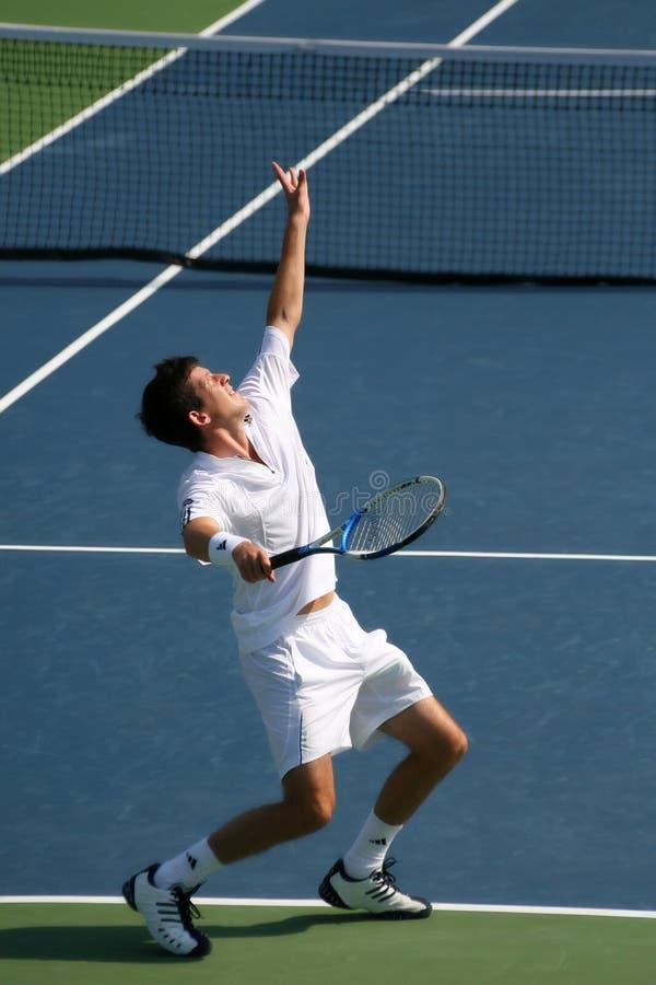 Service de tennis de Tim Henman photographie stock libre de droits