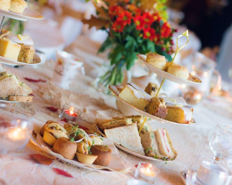 Service de thé d'après-midi Luxe anglais traditionnel image libre de droits