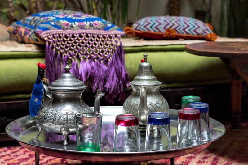 Service de thé marocain traditionnel photographie stock libre de droits