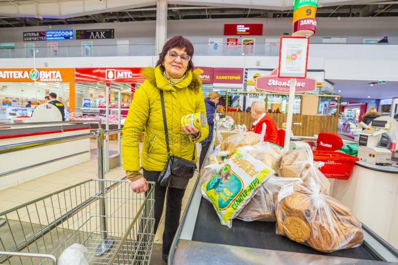 Service an der Kasse von Kunden in einem großen Speicher in Auchan-Supermarkt lizenzfreie stockbilder