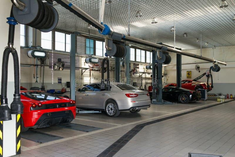 Service för Ferrari bilreparation arkivbilder