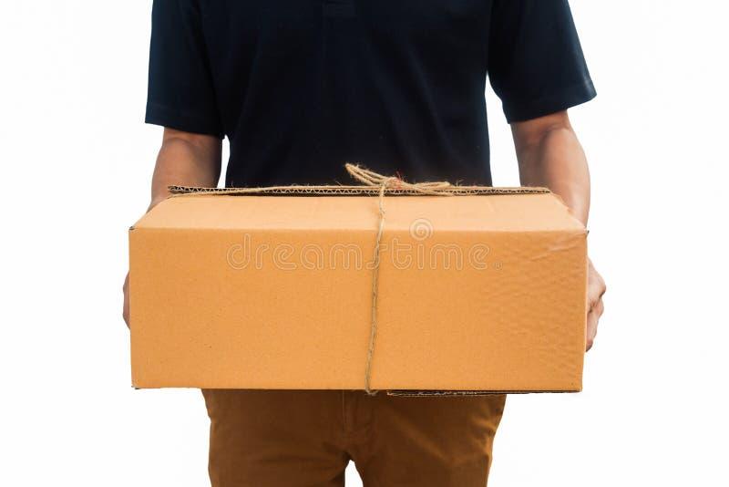 Service för leveransmannen överförde en packeask Isolerad vit backgrou royaltyfria foton