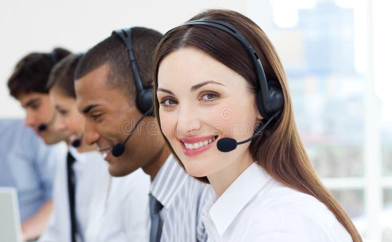 service för medelkundhörlurar med mikrofon arkivfoto