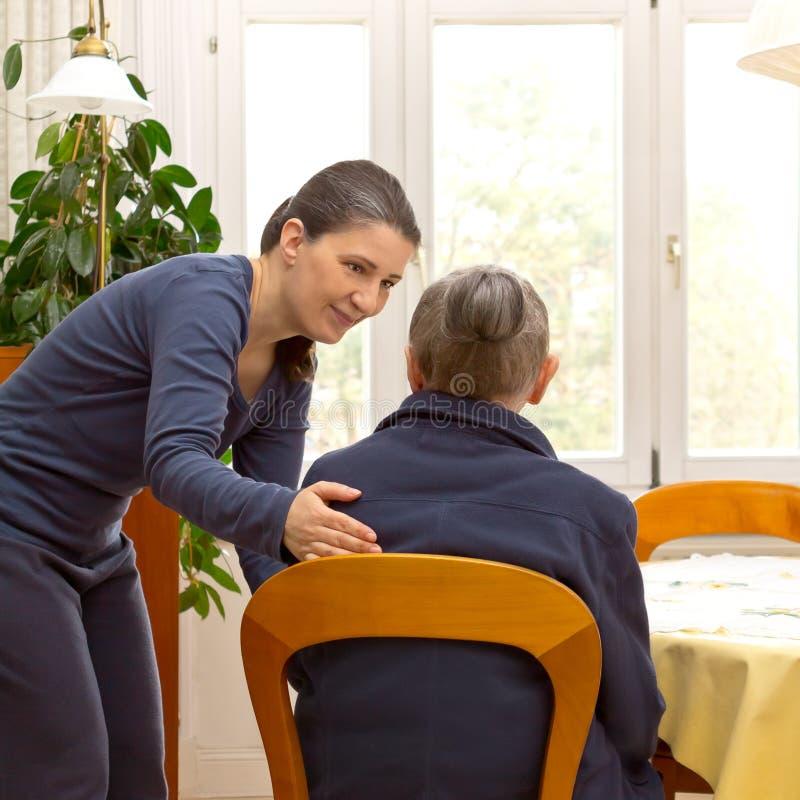 Service för omsorg för anhörigvårdare för gammal kvinna inhemsk arkivfoton