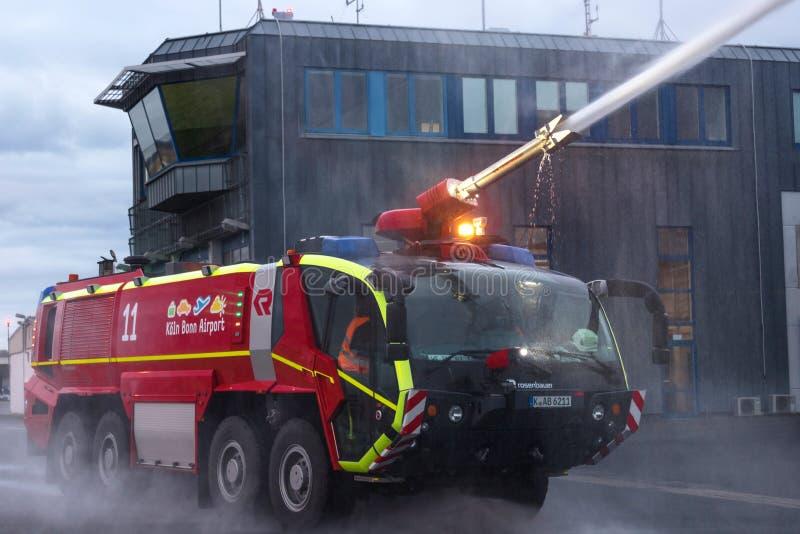 Service incendie de l'aéroport moteur incendie de travail de l'aéroport de Cologne bonn Allemagne image stock