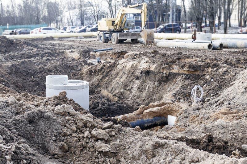 Service industriel des tuyaux sont posés, et un puits est mis en place pour l'entretien à long terme photo stock