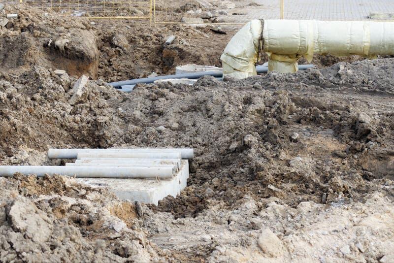 Service industriel des tuyaux sont posés, et un puits est mis en place pour l'entretien à long terme photos libres de droits