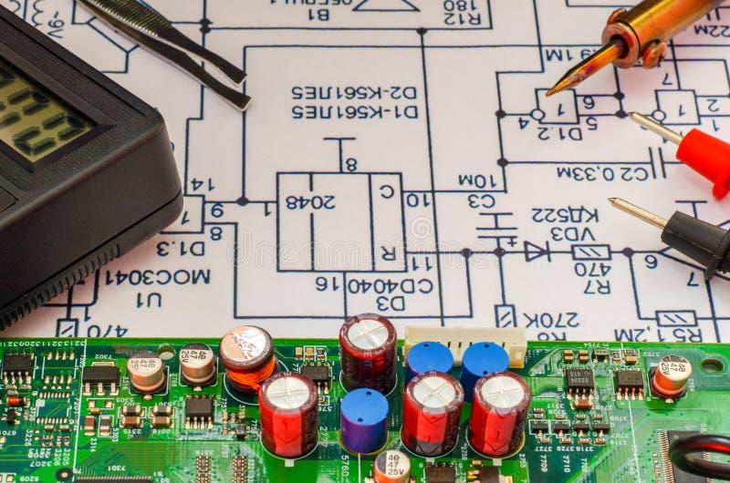 Service och reparation av elektronik, elektroniska br?den royaltyfria foton