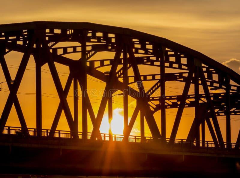 Service ovanför bron, stålstrukturen och solskenljuset royaltyfri fotografi