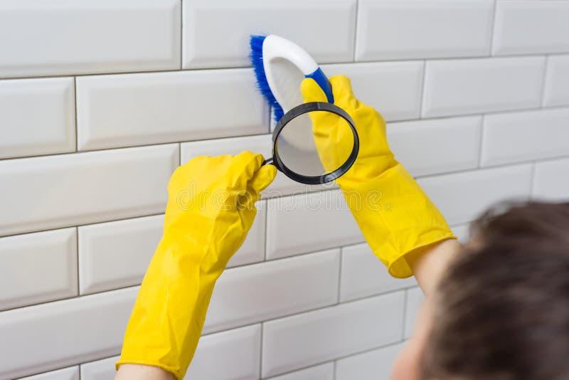 Service professionnel de nettoyage Brosse de nettoyage sous la loupe photographie stock