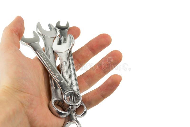 Service und Technikkonzept Verschiedene Größen der Schlüsselausrüstung gemacht vom Metall Reparaturhauer- oder Mechanikerhand häl lizenzfreies stockfoto