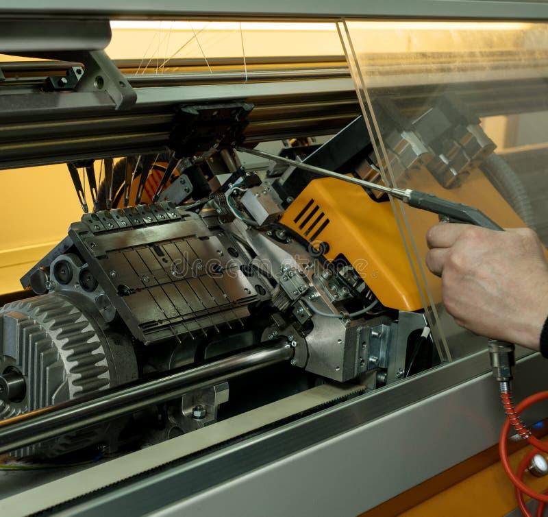 Serviceman stellt Strickmaschinenschuss auf lizenzfreie stockbilder